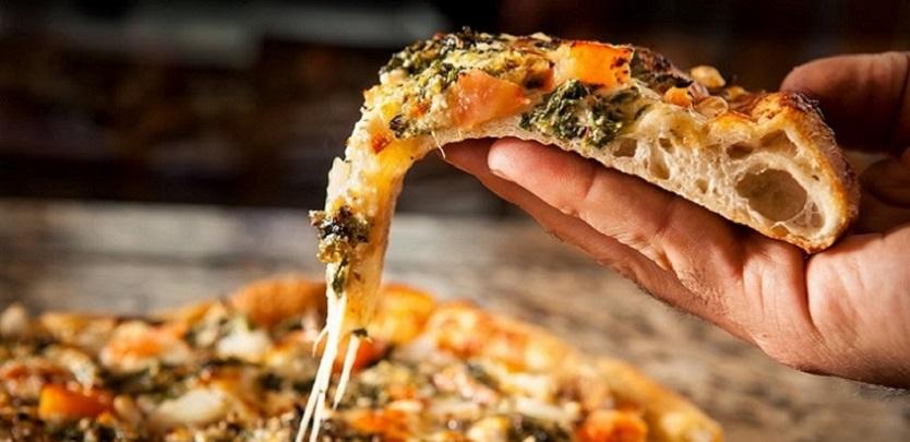 pizza-con-la-mano
